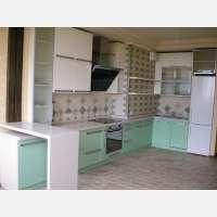 Кухня бело-зеленая с крашенными фасадами